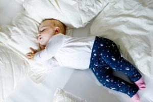 baby-girl-sleeps-with-arched-head